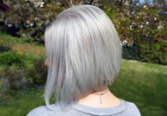 Meine Haare sind Grau, Silber, Blond.